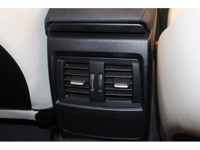 センターコンソールの後方には リアシート用のエアコンの吹出口がございます。手動で風量、風向きを調整します。