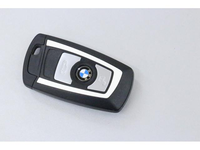 BMWらしい、シンプルでスタイリッシュなザインのキー。スペアキー含め2本ございます。キーの表側には ロック解除、ロック、トランクリッドを開けるボタンがございます。