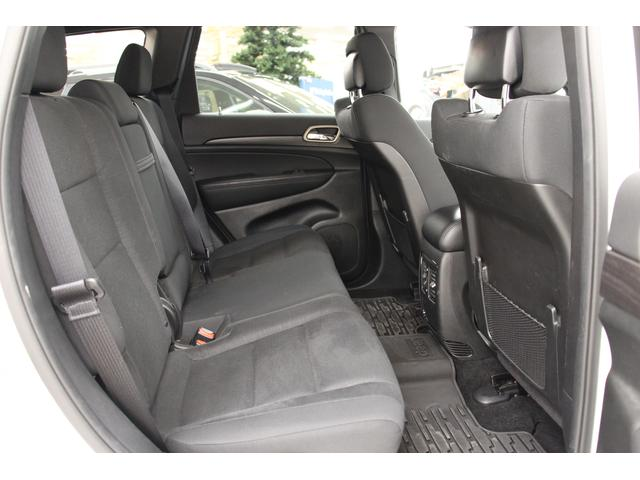 リヤシートは大人の方もゆったり過ごせるスペースが確保されています。