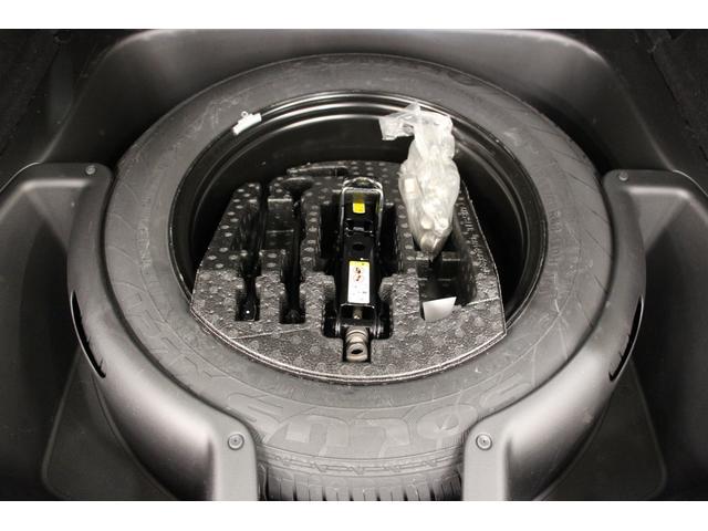 ラゲッジスペースの下は、スペアタイヤと工具類が格納されています。