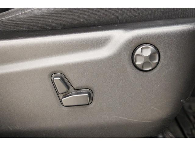 運転席・助手席は電動パワーシートを装備しています。