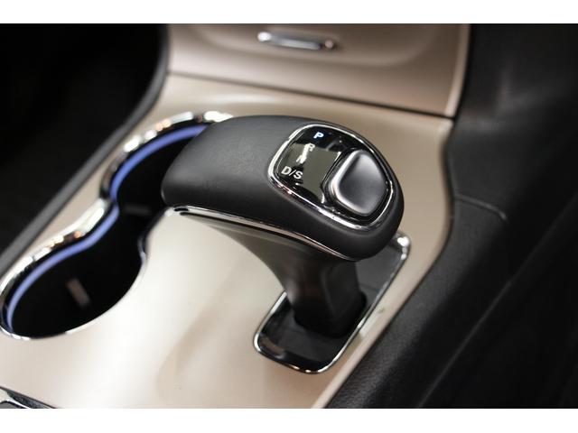 トランスミッションは8速ATです。 駆動方式はフルタイム4WDとなります。