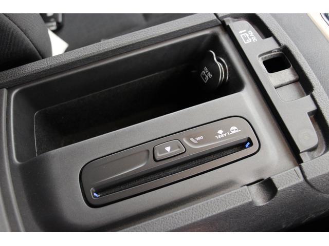 小物入れ部分には、こちらにも12V電源ソケットを配置。CDの挿入スロットルはこちらに配置されています。