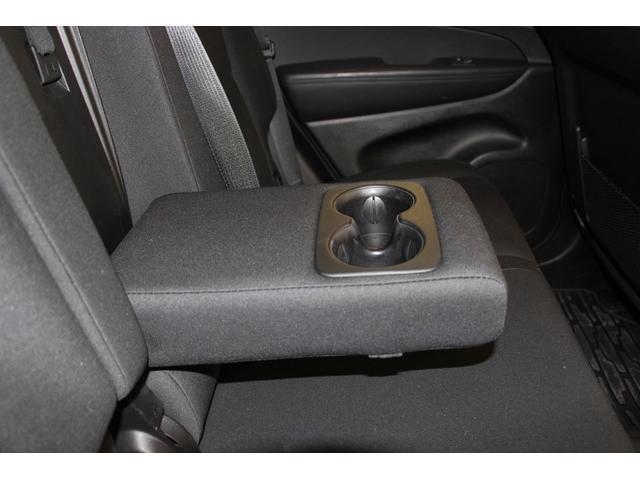後席には、格納タイプのセンターアームレストを装備しています。ドリンクホルダーも2つ装備されています。