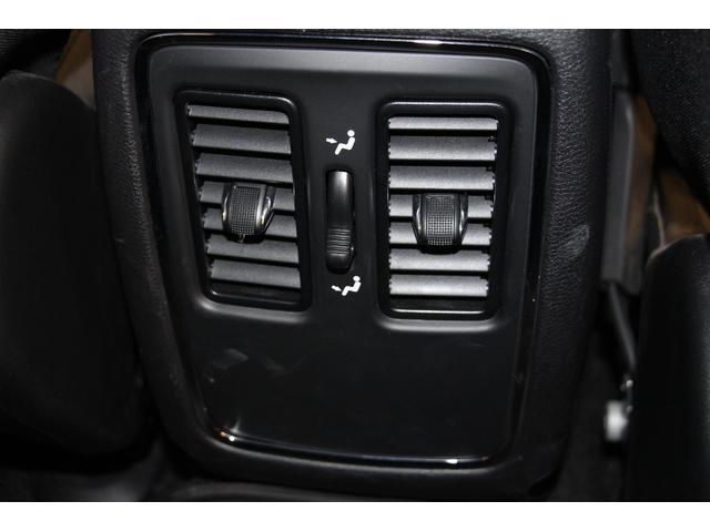 リアシート用のエアコン吹き出し口を装備しているので、後席の方も快適に過ごして頂けます。