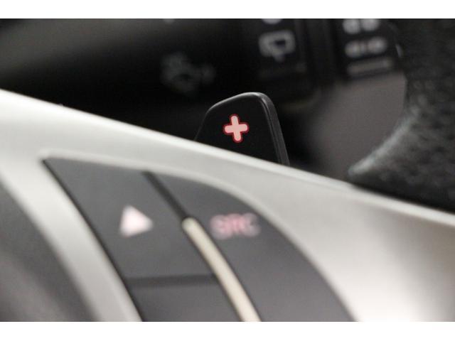 コンペティツィオーネには、ステアリングから手を離さずにシフトチェンジが行える、パドルシフトを標準装備しています。