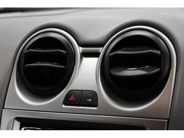 エアコン吹き出し口と集中ロック、ハザードランプのボタンです。