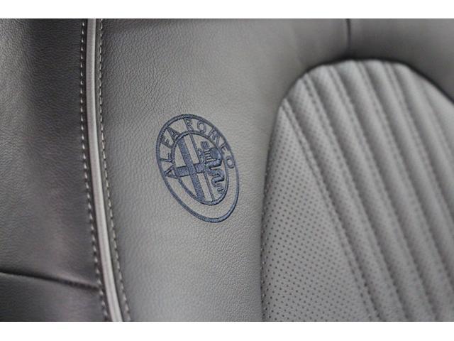 フロントシートにはアルファロメオのエンブレムが刺繍されています。