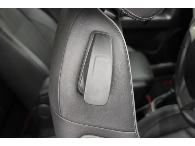フロントシートに設置されたこちらのレバーでシートを前に倒し、リアシートへ乗り込みます。