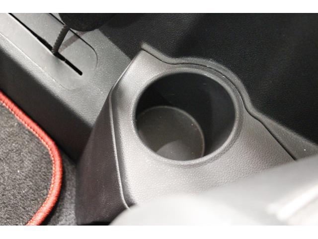 リアシート用にもドリンクホルダーが左右に2つ設置されています。