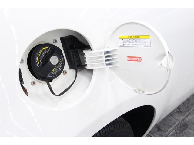 給油口は運転席側リアフェンダーに設置。燃料タンク容量は約35リットル。ハイオク仕様です。
