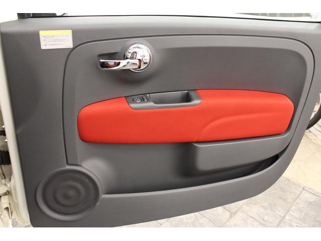 シートと同じ色・素材だったり、質感の高いパネルが備わると、ダッシュボードとの繋がりがうまれて、車内全体に統一感がございます。目立つ傷や汚れも無く、きれいな状態です。