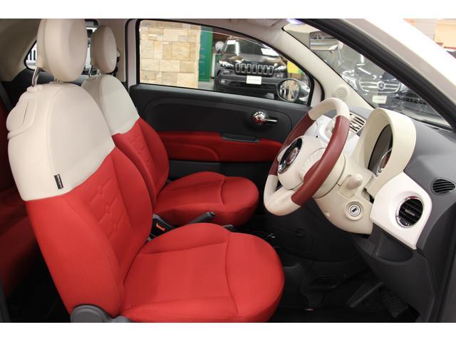 シートは、耐久性・通気性に優れ扱いやすいファブリック素材。現在では発売されていない、赤×白の2トーンカラー。フロントシートはちょうど良い硬さの座り心地で、長時間の走行でも疲れにくいと好評です!