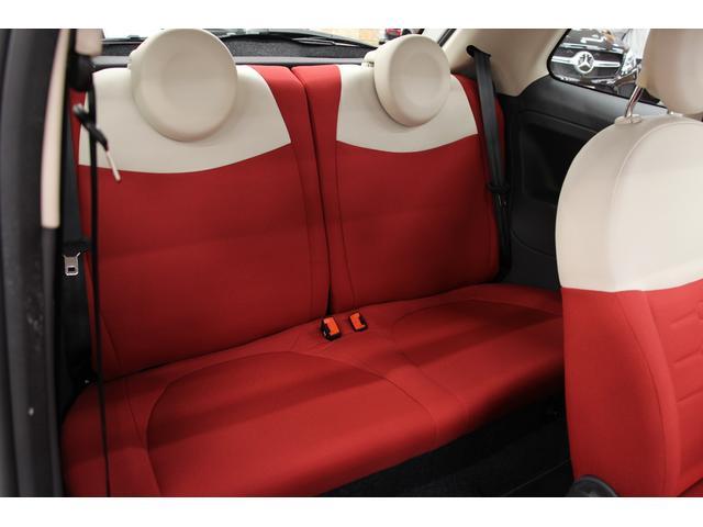 後席は2人乗り、乗車定員計4名です。フロントシート・リアシート共に使用感はほとんど無く、きれいな状態です!