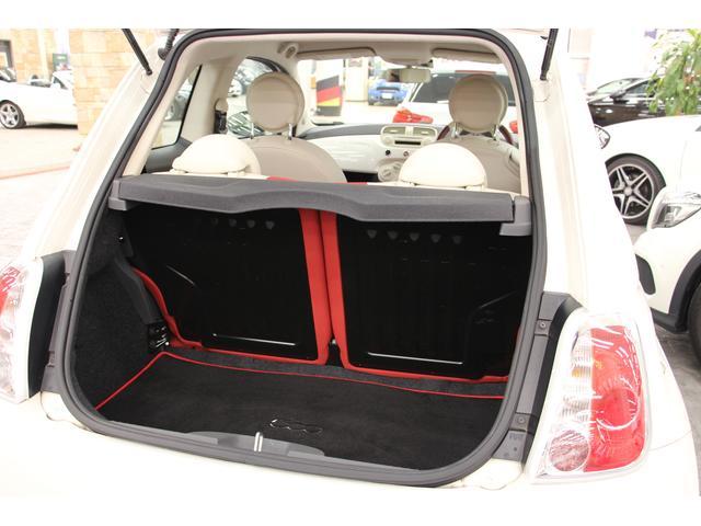 広くはありませんが、日常使いには十分な「ラゲッジルーム」 リアシートのシートバックを左右別々に倒して、荷物の積載スペースを広げることも可能。実用的です!