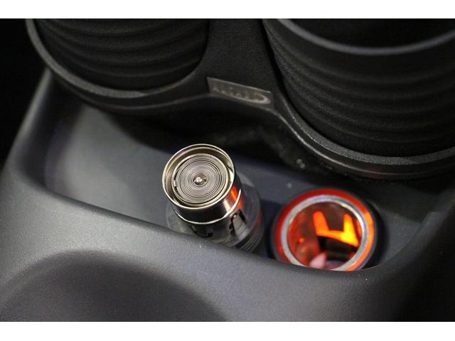 フロントセンターコンソールのサイドブレーキレバー前方に、「電源ソケット」を設置。手軽に電源を取れるので、車内で電気製品を使用するときには非常に重宝します!シガーライターは未使用です。