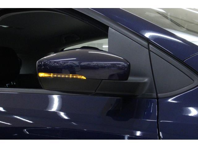 右左折や進路変更の際に、その方向を周囲に示すためのターンシグナルランプを、ドアミラーに内蔵。他車や歩行者などからの視認性も非常に高く、安全へと繋がります。