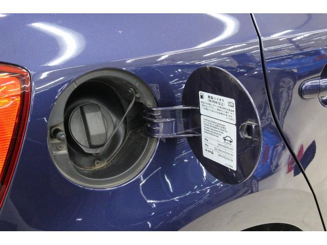 給油口は運転席側リアフェンダーに設置されております。給油キャップには、落下防止のリード付き。燃料タンク容量は45リットル。ハイオク仕様です。