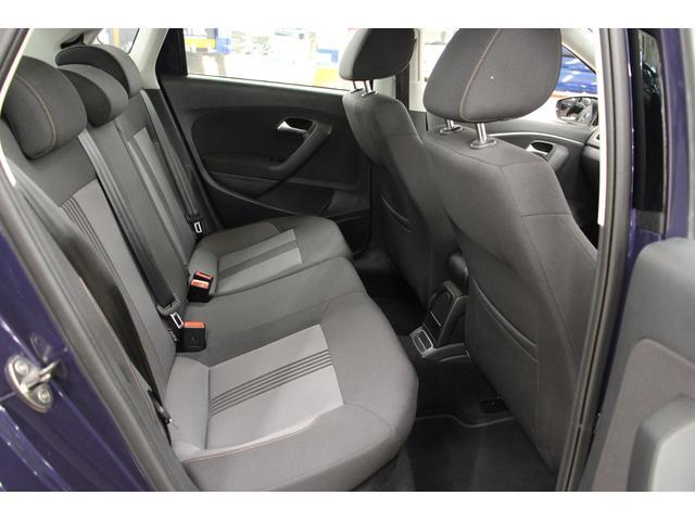 POLOはコンパクトカーですが、リアシート3人乗車時にも快適にお過ごしいただけます。3つのヘッドレストを設けて、乗員の頭部をしっかりと保護。ヘッドレストをシートに内蔵し、後方視界も確保しております。