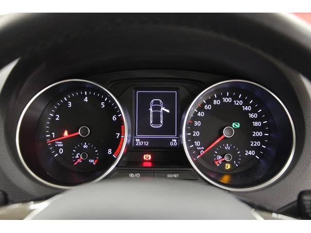 タコメーターとスピードメーターはアナログ式。インテリアと調和が取れたホワイト&レッドの照明×ブラックパネルの組み合わせ。視認性に優れております。