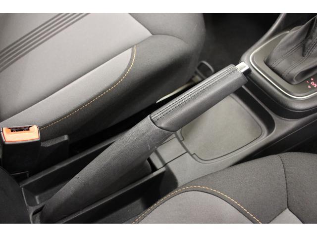 手動式のサイドブレーキが装備。しっかりと握りやすい形状です。レバーを引き上げるとパーキングブレーキがかかり、パーキングブレーキを解除するときは、ボタンを押してレバーを倒します。