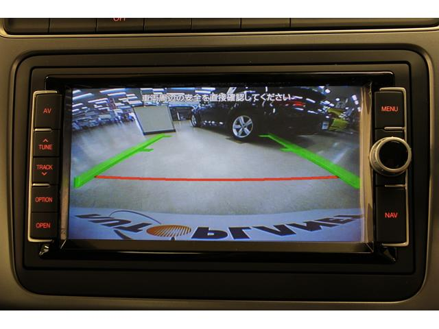 リアカメラ付き。車の後方映像をディスプレイに映し出し、バックでの駐車を容易にします。さらに、ディスプレイ上に誘導ラインが表示され、よりスムーズな駐車をサポートします。