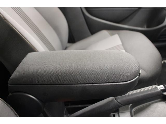フロントセンターアームレスト。運転席・助手席どちらからでも肘を掛けられます。アームレストを使用しない時は、上に跳ね上げることが可能です。