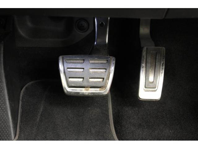 アルミ調の「ペダルクラスター」 ブレーキペダル、アクセルペダルは、吊り下げ式を採用。ちょうど良い距離感で、踏み間違えにくい設計になっております。