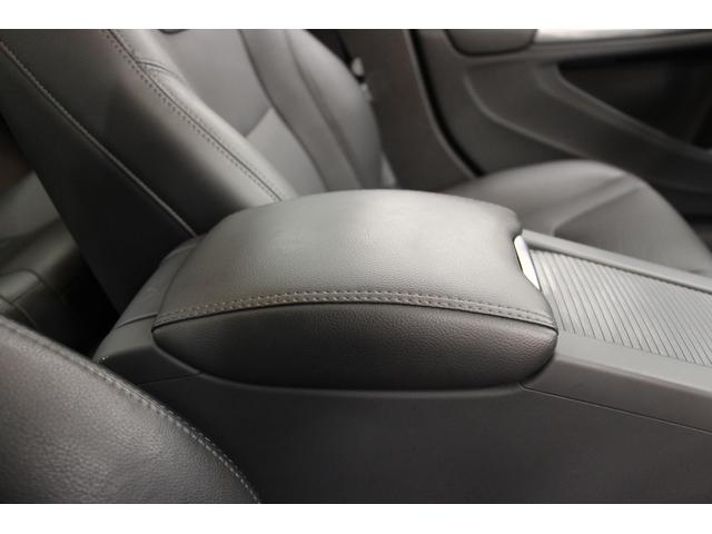 運転の疲れを低減するアームレストを装備しております。