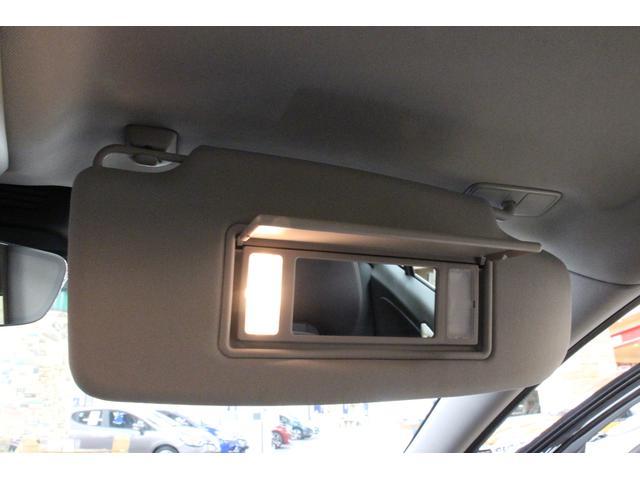 サンバイザーには照明付きのバニティミラーがございます。