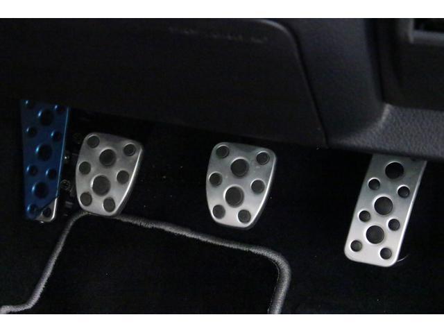 スポーツカーらしく、金属製の3ペダルが装備されております。