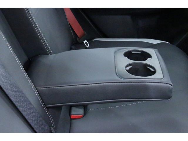 後部座席中央には収納式のアームレストが装備されております。カップホルダーも装備されております。