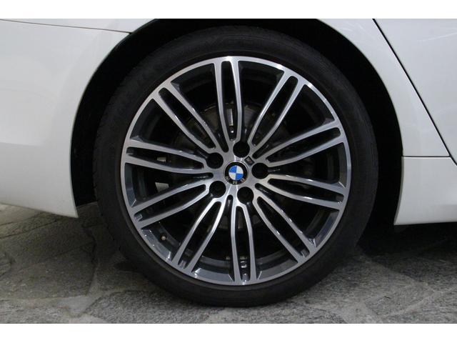 タイヤサイズは前245/40R19、後275/35R19となっております。