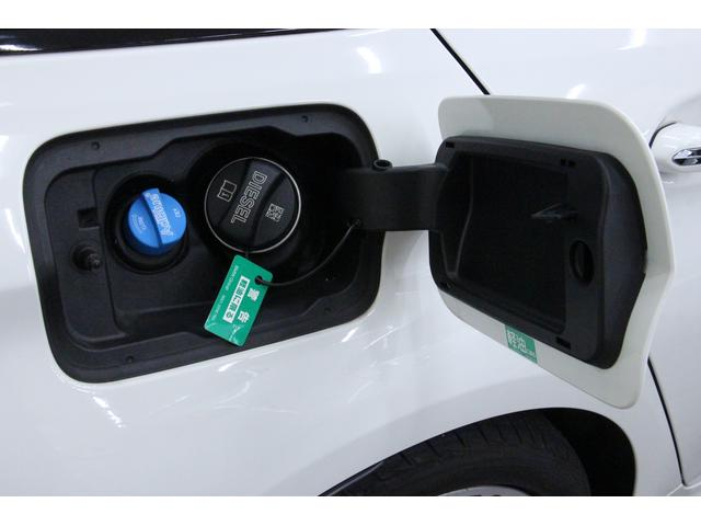 使用燃料は軽油です。また、給油口の隣には、アドブルー液の補充口がございます。