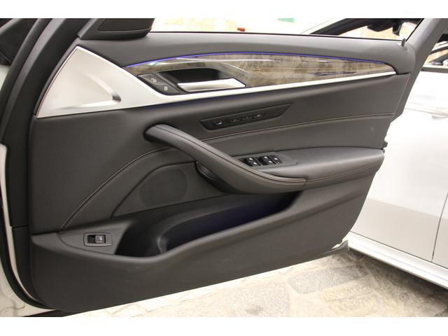 運転席側ドアトリムもきれいな状態です。