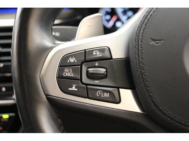 ステアリング左側には、追従式クルーズコントロールや、ステアリングコントロールアシストなどのスイッチがございます。
