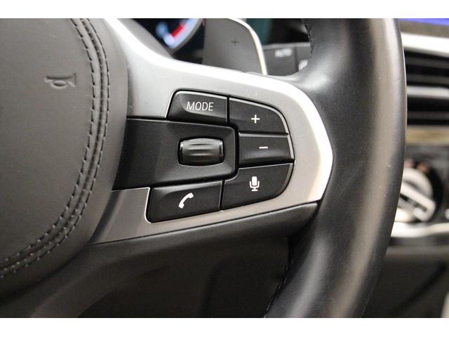 ステアリング右側には、ハンズフリー通話、ボリューム、音声コマンドなどのスイッチがございます。