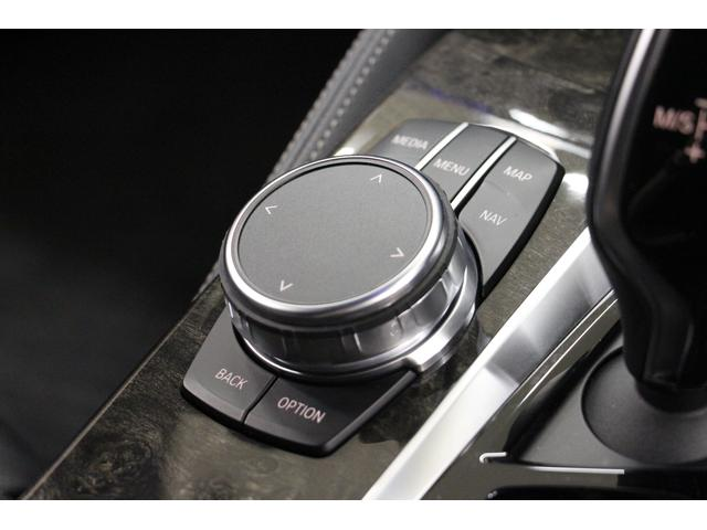 センターコンソールには、ナビ画面の直感的な操作が可能なコマンダーを装備しております。