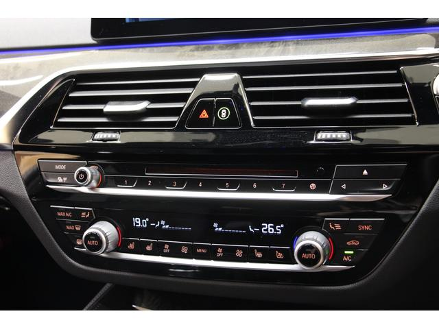 左右独立して温度調整や風量調整が可能なオートエアコンを装備しております。
