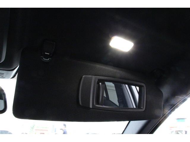 サンバイザーにはライト付きミラーを装備しておりますので、夜間でも使用しやすいものとなっております。
