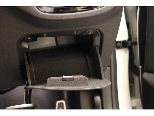 運転席側のインパネには小物入れも備わっております。