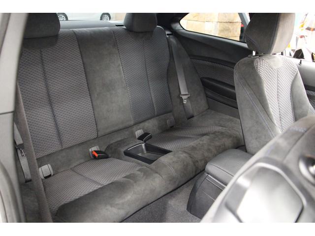 コンパクトなサイズのクーペながら、後部座席を備えております。