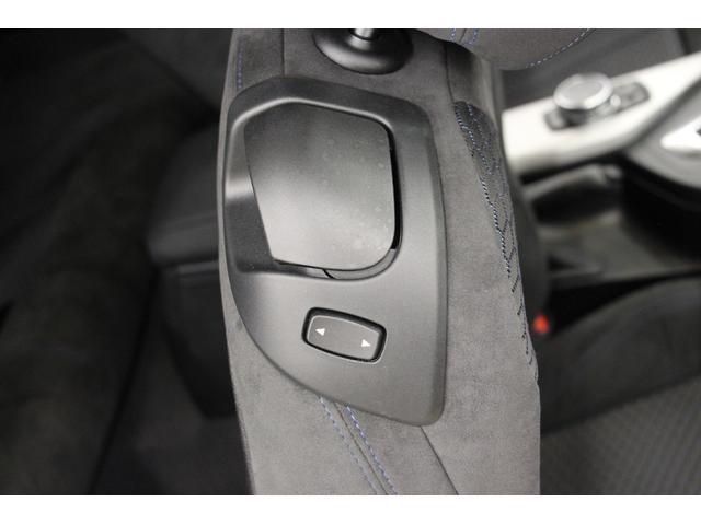シート肩口のレバーを引くことで、後席にアクセスが可能です。