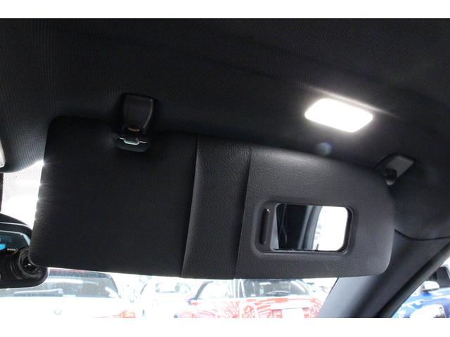 サンバイザーにはミラーとライトがついており、夜間であっても使いやすいものとなっております。