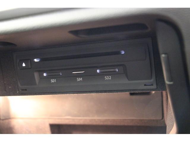 SDカードやCDの挿入口がグローブボックス内にございます。