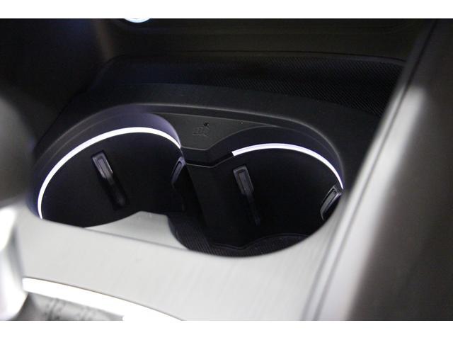 センターコンソールにはカップホルダーも装備されております。