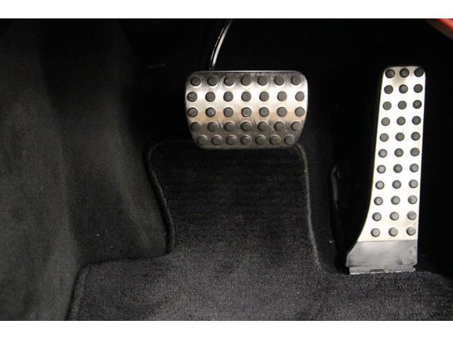 オルガン式アクセルペダルです。 アクセル操作で支点がずれにくいため、無駄な動きをしなくて済み、右足が疲れにくいです。
