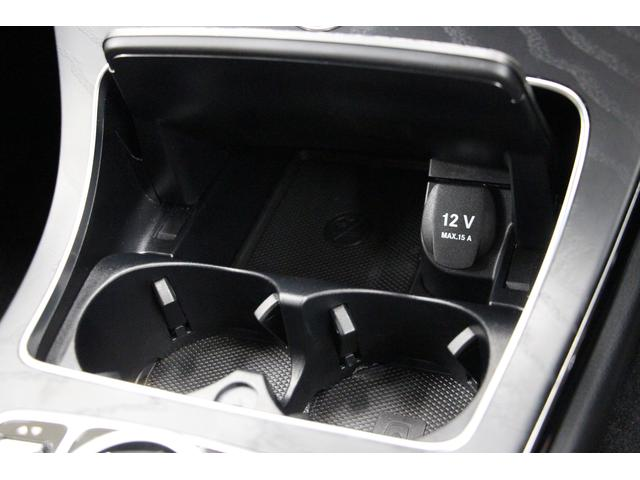 センターコンソールにはドリンクホルダーが2つと12Vの電源ソケットがあります。