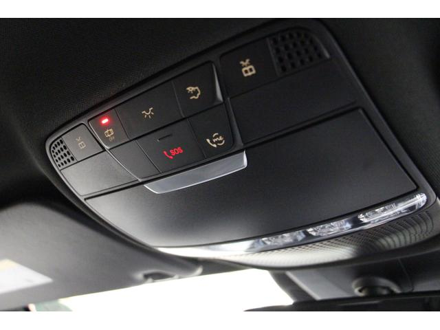 事故などの緊急通報専用コールセンターに繋がるSOSボタン、故障などのトラブル時や何か困ったことがあった場合にメルセデス・ベンツのコンシェルジュサービスへ繋がるmeボタンなどがあります。