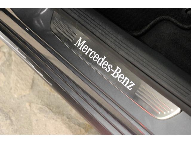 ステップガーニッシュにはMercedesBenzのロゴが。シンプルですが、おしゃれですね。